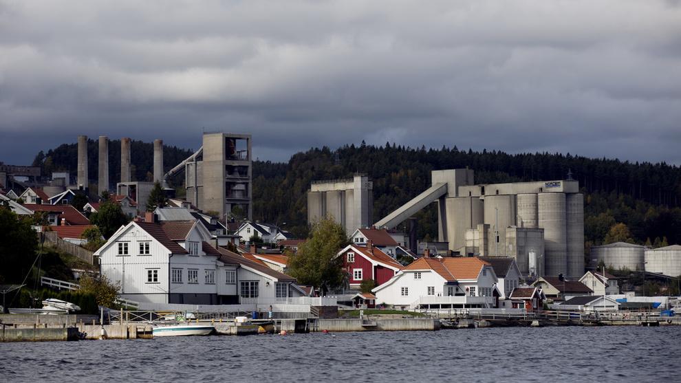 <p>Norcems sementfabrikk i Brevik er et av anleggene som kan få et system for karbonfangst i fremtiden. Arkivbilde.</p>
