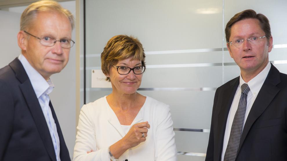 <p><b>LÅNER UT:</b>Folketrygdfondet eier obligasjoner i mange ulike selskaper, inkludert banker som driver med forbrukslån, en bransje i sterk vekst. Fondet forutsetter at bankene driver ansvarlig utlånsvirksomhet. Her er administerende direktør Olaug Svarva i Folketrygdfondet (midten), direktør for aksjer Nils Bastiansen (t.h.) og fondets viseadministrerende direktør Lars Tronsgaard.</p>