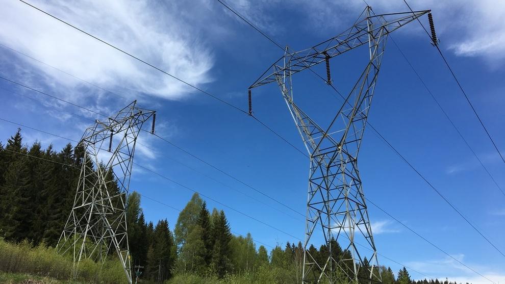 <p><b>FORTSATT DYR:</b>Strømprisen holder seg skyhøy, og i snitt var prisen på 1,24 kroner kilowattimen i første kvartal, inkludert avgifter og nettleie. Det opplyser Statistisk sentralbyrå. Dette er en kraftlinje i Oslomarka.</p>