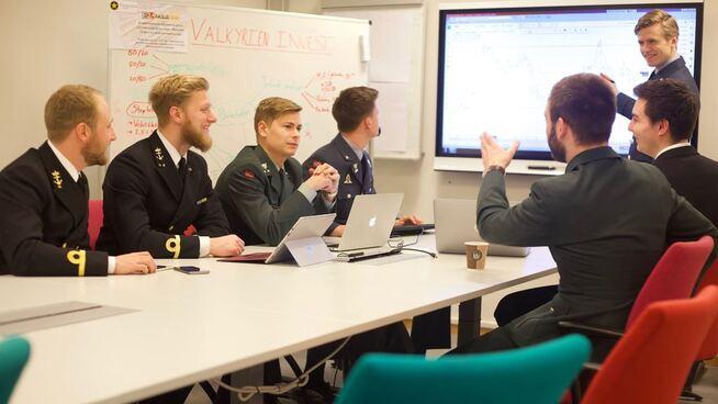 <p><b>MØTES:</b> En gang i uken møtes gjengen i Valkyrien Invest for å legge en slagplan for deltagelsen i Aksje-NM.</p>