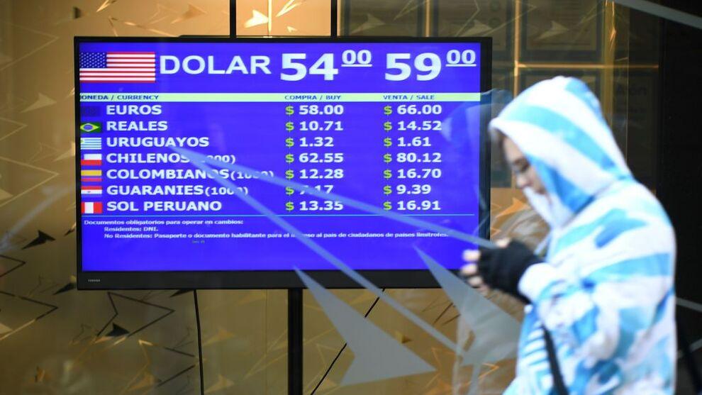 <p>En skjerm i Buenos Aires viser valutakurser tirsdag 13. august. Den argentinske pesoen har svekket seg kraftig etter primærvalget søndag.</p>