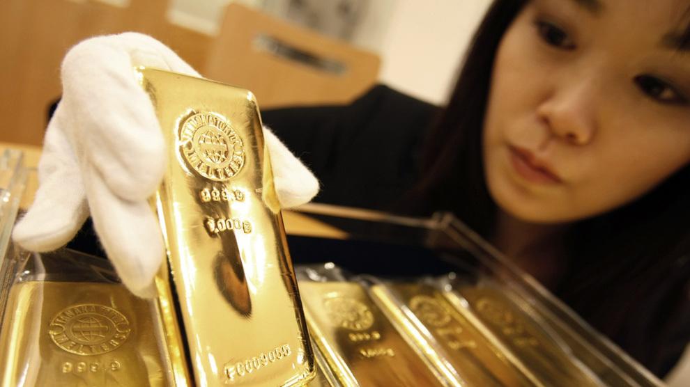 <p><b>KRAFTIG HOPP:</b> Prisen på gull er opp med 21 prosent siden starten av året. Flere analytikere og banker tror prisen skal videre opp. Bildet viser en ansatt ved Tanaka Kikinzoku gullsmed i Tokyo 2008.</p>