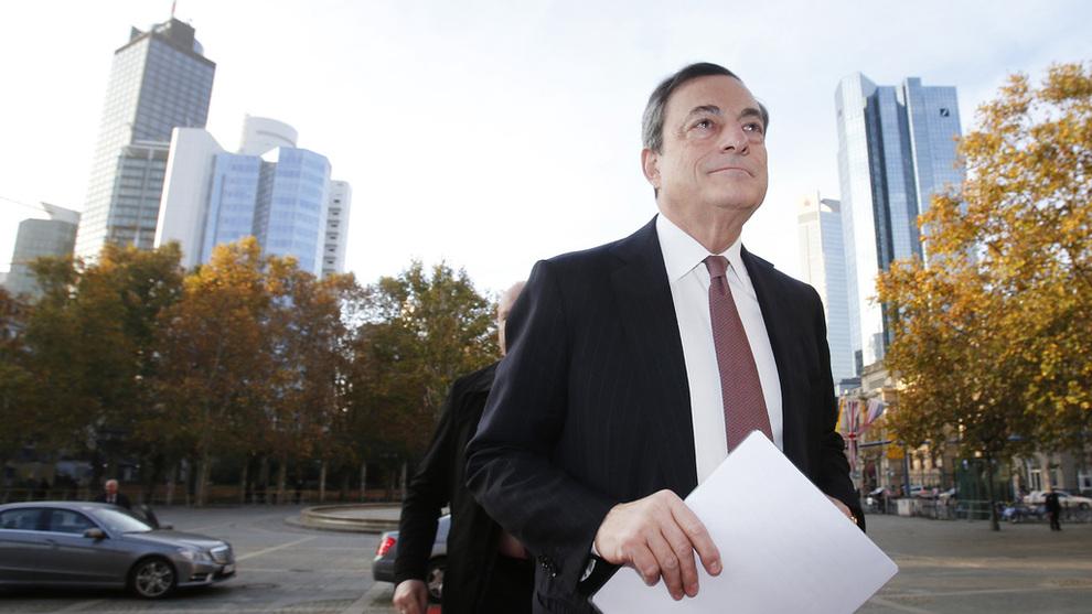 <p><b>MANNEN SELV:</b> Ordene til sentralbanksjef Mario Draghi vil bli grundig saumfart av markedsaktørene.</p>
