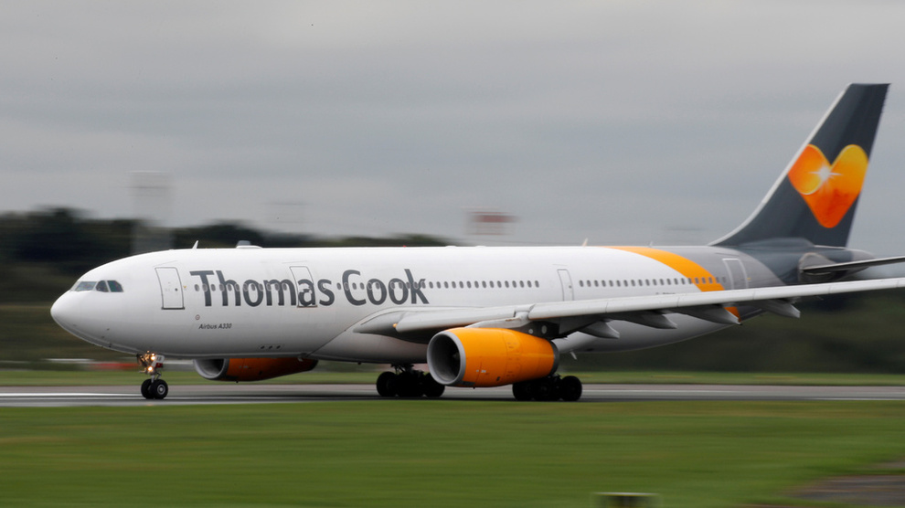 <p>En Airbus A330 tilhørende Thomas Cook-konsernet avbildet på Manchester flyplass i England. Arkiv.</p>