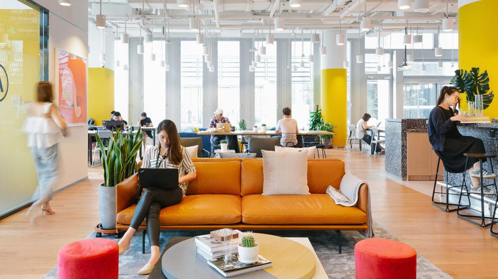 <p><b>ÅPNER:</b> Weworks lokaler er som regel moderne innredet, og på en måte slik at det ser mer ut som en kafé eller et hjem, mer enn et kontor. Her samles folk fra ulike selskaper under samme tak. Bildet er hentet fra et annet Wework-kontor, og ikke det som åpner i Oslo.</p>