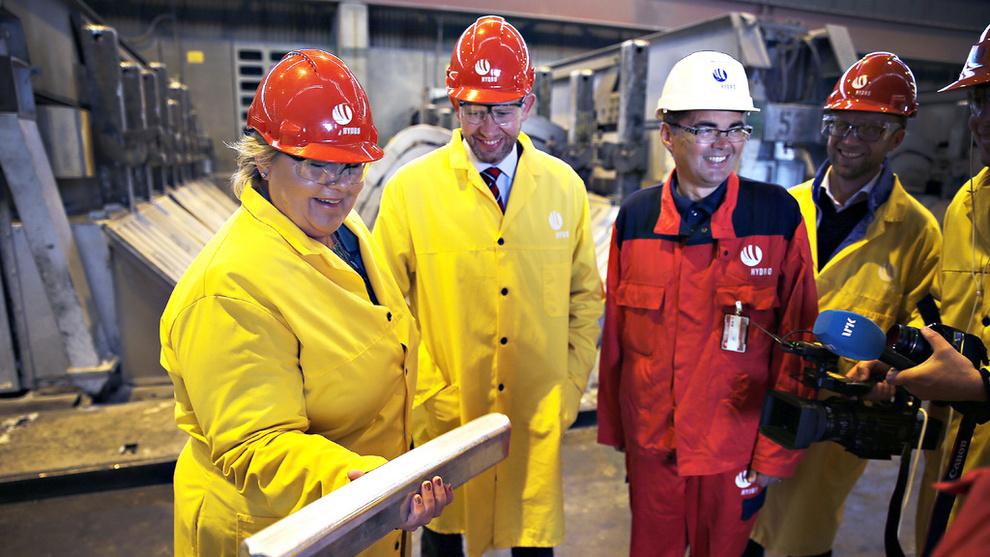 <p><b>GRØNT SKIFTE:</b>Mange norske bedrifter gjør store investeringer i grønn teknologi, som Norsk Hydros milliardinvestering i ny energieffektiv produksjon på Karmøy. E24 har forsøkt å samle noen av de grønne investeringene i en liste. Her er statsminister Erna Solberg og tidligere energiminister Tord Lien sammen med Hydro-direktør Svein Richard Brandtzæg i elektrolysehallen på Hydro Karmøy.</p>