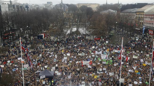 <p><b>STORT OPPMØTE:</b> Det ble anslått at minst ti tusen ungdommer samlet seg foran Stortinget i Oslo fredag.</p>