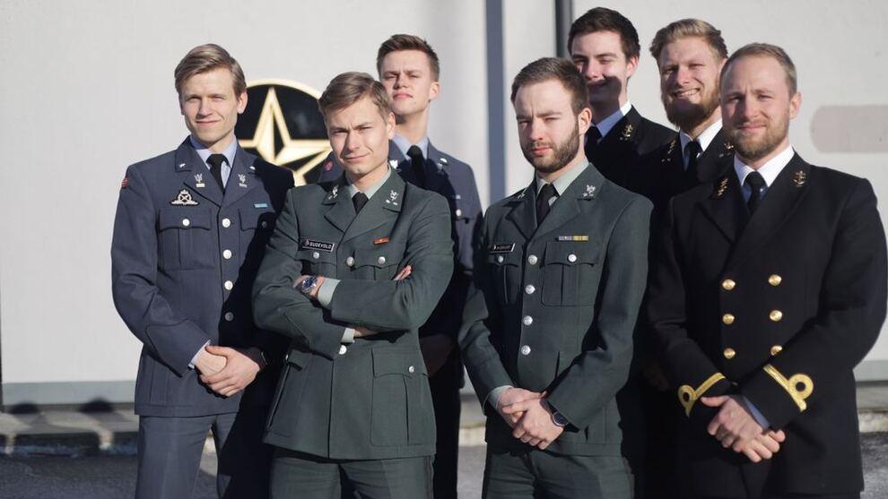 <p><b>STAUTE KARER:</b> De fast møtende medlemmene av Valkyrien Invest ved Sjøkrigsskolen går for å vinne studentligaen i Aksje-NM. Leder Henrik Ryen Gudevold er nummer to fra venstre.</p>