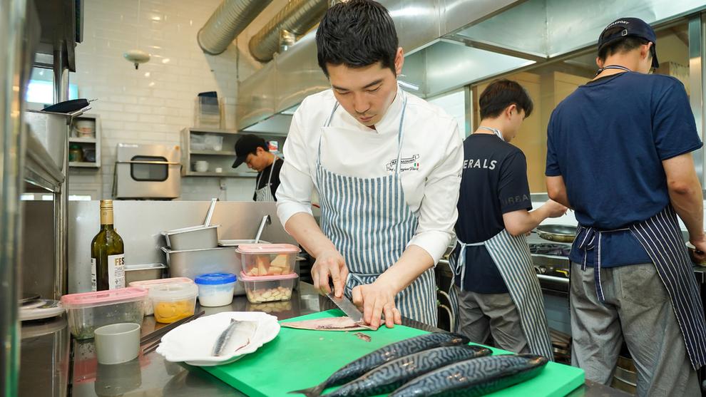 <p><b>NORSK FISK PÅ MENYEN:</b> Kokk og eier av restauranten Bondi 167 i Seoul, Sang-Jun Park, fileterer norsk makrell som skal serveres gjestene.</p>