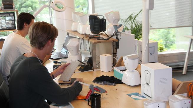 <p><b>VERKSTED:</b> Det ser kanskje enkelt ut, men å montere sammen den nye AV1-roboten er ingen lek. Utviklerne Sindre Ovland og Mikkel Jøraandstad tar i bruk både limpistol og saks, samt avansert software, når de skal utvikle den nye roboten som skal hjelpe eldre ut av ensomhet.</p>