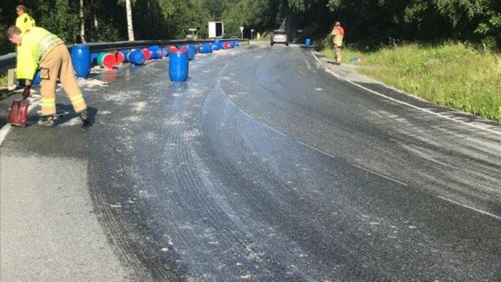 <p><b>SOM SILD I TØNNE</b>: Brannvesenet jobber med å rydde opp etter at et vogntog mistet lasten med 50 tønner sild i en skarp sving på fylkesvei 700 i Berkåk i Trøndelag.</p>