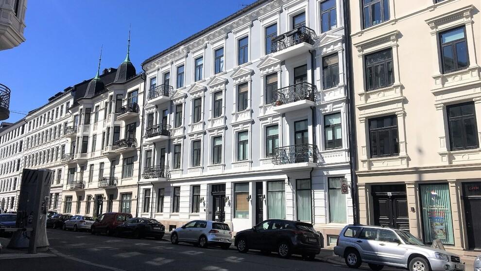 <p><b>KOSTER MYE:</b>Hvis bankene følger sentralbankens tre rentehevinger på til sammen 0,75 prosent siden i høst kan det koste 4.000 kroner ekstra for en lånekunde med to millioner i lån, ifølge Huseiernes Landsforbund. De ber folk prute med banken for å sikre lav rente. Illustrasjonsbilde av boliger på St. Hanshaugen i Oslo.</p>
