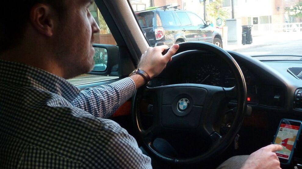 <p><b>DELING:</b> Her er en frilans-sjåfør som hjelper med å levere pakker i USA.</p>