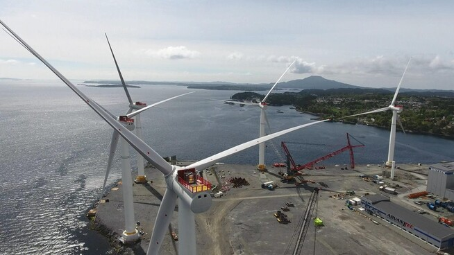<p><b>STORE SAKER:</b> Her er de fem Hywind-turbinene på 6 megawatt og 175 meters høyde hver montert opp på Stord før seilingen til Skottland.</p>