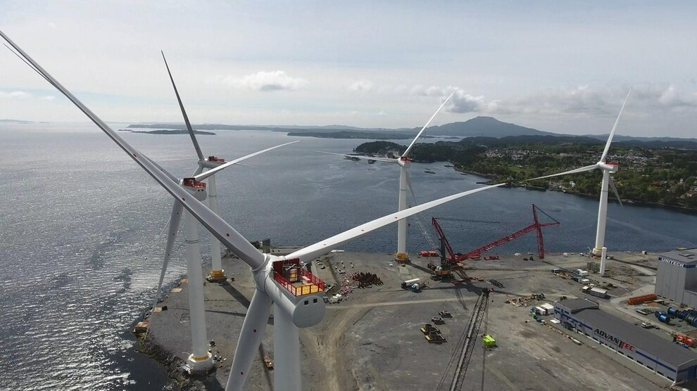 <p><b>NY REKORD:</b>Aldri har det blitt installert mer havvind i Europa enn i fjor. Også norske aktører er med, som Statoil med Dudgeon-prosjektet og den flytende vindparken Hywind. Her monteres de fem flytende turbinene på 6 megawatt og 175 meters høyde på Stord før seilingen til Skottland i fjor.</p>