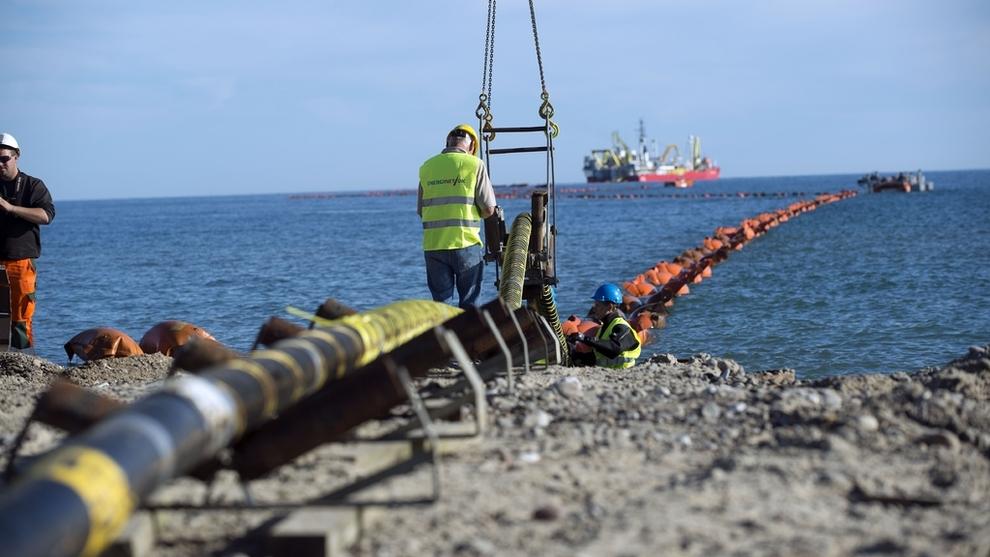 <p><b>HYDRO KRITISK:</b>Aluminiumsprodusenten Norsk Hydro frykter at strømmen kan bli dyrere og forsyningssikkerheten dårligere hvis strømkabelen fra Eidfjord til Skottland bygges, skriver Klassekampen. Dette bildet er fra da Statnett la utenlandsforbindelsen Skagerak 4 mellom Norge og Danmark.</p>