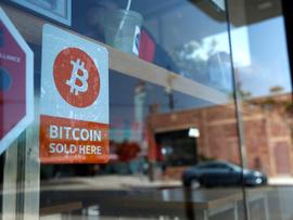 <p><b>I BUTIKKEN:</b> Bitcoin er den desidert mest brukte kryptovalutaen, og kan nå tas i bruk i en rekke butikker, kafeer og restauranter over hele verden.</p>