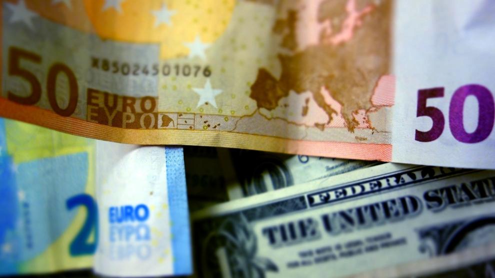 """<p><b>GJELDEN VOKSER:</b> Det internasjonale pengefondet, IMF, har anslått at <a href=""""http://e24.no/makro-og-politikk/imf/imf-advarer-mot-rekordhoey-verdensgjeld/23814153"""" class="""""""">gjelden globalt er på sitt høyeste nivå noensinne</a>, på 152.000 milliarder dollar, og mesteparten er privat gjeld. Den kjente økonomen Carmen Reinhart sier til E24 at det har vært mindre gjeldsnedbygging etter finanskrisen i 2008 enn etter tidligere kriser.</p>"""