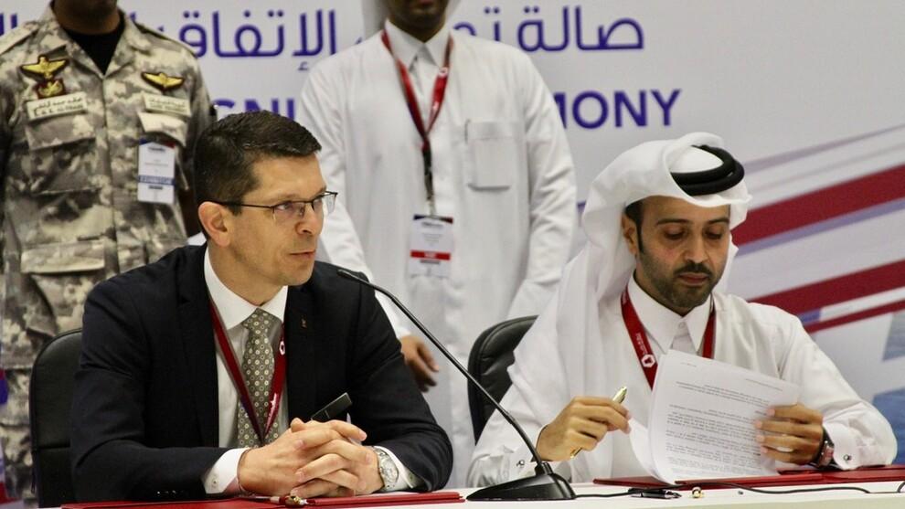 <p>Konsernsjef Geir Håøy i Kongsberg Gruppen signerer gigantavtalen i Qatar med konsernsjefen i Barzan Holdings, Nasser Hassan Al-Naimi, under Doha International Maritime Defense Exhibition (Dimdex).</p>
