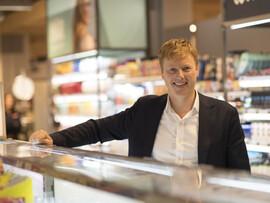 <p><b>PLAST-KUTTER:</b> Meny-sjef Vegard Kjuus har de siste ukene lansert flere alternativer til plast i butikkene sine. Han sier plastkutt skaper enormt engasjement blant kundene.</p>
