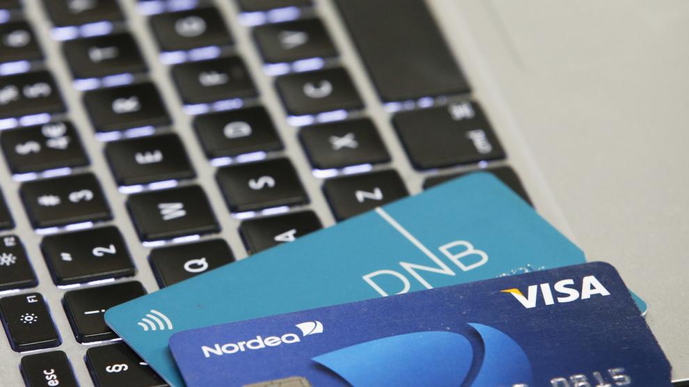 <p><b>HOLDER PÅ BANKEN:</b> Nordmenn viser seg som trofaste til bankene sine i fersk undersøkelse. Her er betalingskort fra DNB og Nordea.</p>