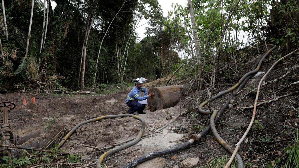 <p><b>STENGTE RØR:</b> Her står en arbeider ved vannrøret som ble stengt ved det Hydro-eide aluminiumsrafinneriet Alunorte 17. februar. Søndag innrømmet Hudro «en rekke» kontrollerte utslipp.</p>