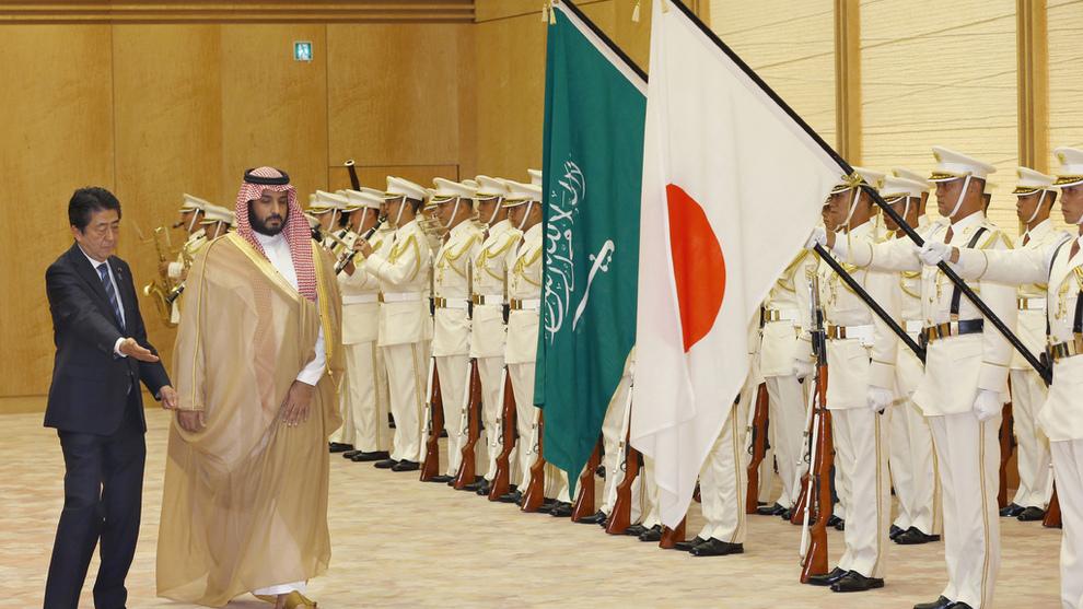 <p><b>FORRETNINGSTUR:</b> Saudi-Arabias visekronprins, Mohammed bin Salman, besøkte Japan i september. Da møtte han blant annet statsminister Shinzo Abe (t.v.) og SoftBanks styreleder Masayoshi Son.</p>