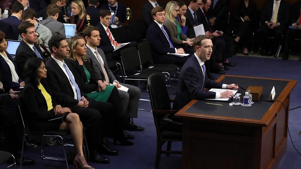 <p><b>MÅTTE SVARE:</b> Facebooks grunnlegger, konsernsjef og styreleder Mark Zuckerberg stilte uvanlig stivpyntet til en krevende utspørring i Senatet i USA tirsdag. Han la seg paddeflat og lovet å bli flinkere til å overvåke og fjerne uakseptabelt innhold, og ha bedre kontroll på brukerdata slik at de ikke misbrukes.</p>