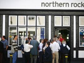 <p><b>TIDLIG TEGN:</b>Folk står i kø for å ta ut penger fra den britiske banken Northern Rock den 14. september 2007.</p>