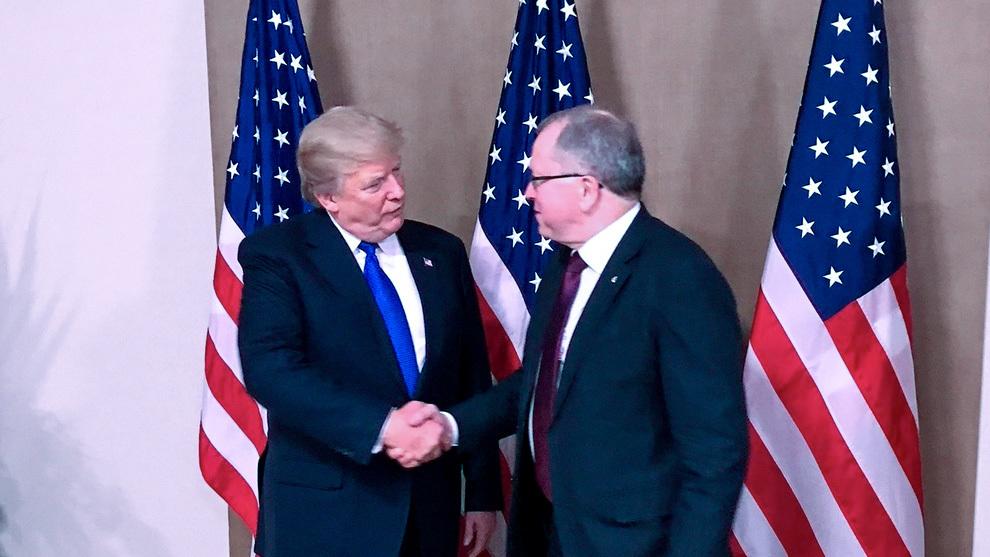 <p><b>HÅNDTRYKK:</b> Konsernsjef Eldar Sætre hilser på president Donald Trump i forbindelse med torsdagens middag i Davos.</p>