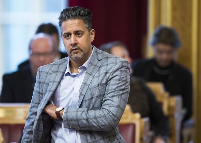 <p>DELE-VENSTRE: Venstres Abid Raja sier de skal dele pengene med Venstre nasjonalt.</p>