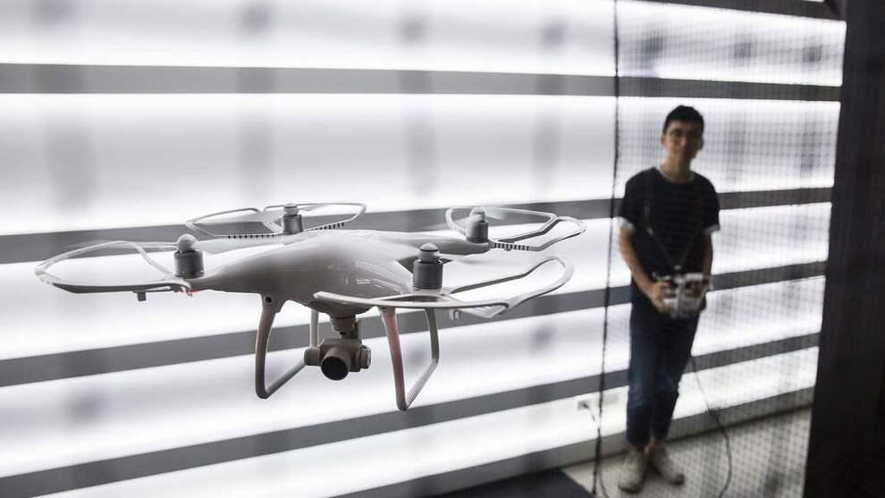 <p><b>NYTT YRKE:</b> Dronepilot er ett av mange yrker som har vokst frem de siste ti årene. Bildet viser en drone og piloten i Hong Kong 24. september 2016.</p>