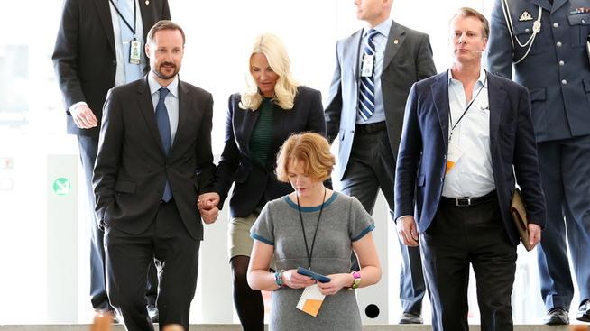 """<p><b>25. FEBRUAR 2013:</b> Kronprins Haakon og kronprinsesse Mette-Marit følges av Ferd-sjef Johan H. Andresen og direktør i Ferd Sosiale Entrepenører Katinka Greve Leiner under konferansen """"Ressurser på avveie"""" på Astrup Fearnley Museet i Oslo. Greve Leiner er én av referansene til Andresen.</p>"""