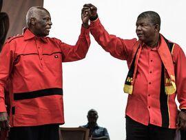 <p><b>Krigende brødre:</b> Tidligere presidentJosé Eduardo dos Santos og nåværende presidentJoão Lourenço<b></b>hånd i hånd under sommerens valgkamp for det dominerende partiet MPLA (The People's Movement for the Liberation of Angola).</p>