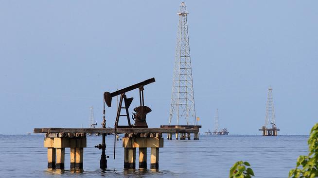 <p><b>TRUFFET AV SANKSJONER:</b> Venezuelas oljeproduksjon, her fra pumper på Maracaibo-innsjøen i Cabimas.</p>