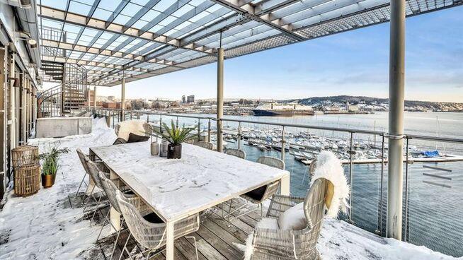 <p><b>UTEPLASS:</b> En av leilighetens terrasser.</p>