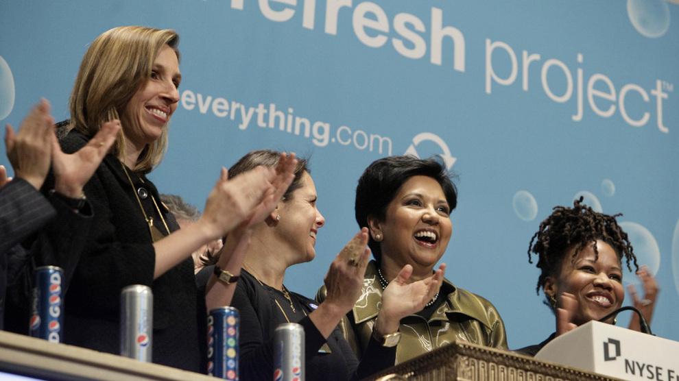 <p><b>SLUTTER SOM MANGEÅRIG PEPSI-SJEF:</b> Indra K. Nooyi (nummer tre fra venstre) ringer bjellen på New York-børsen på dette bildet fra 2010.</p>