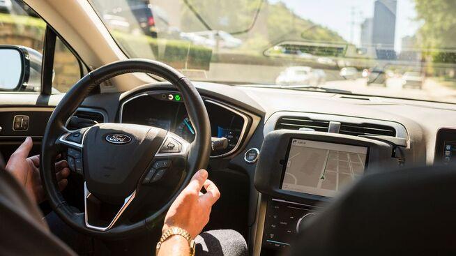 <p><b>HENDENE AV RATTET:</b> Selv om Uber-bilen kjører seg selv, sitter det fortsatt med en tekniker i sjåførsetet i bilen, i tilfelle kjøreturen ikke går som planlagt.</p>