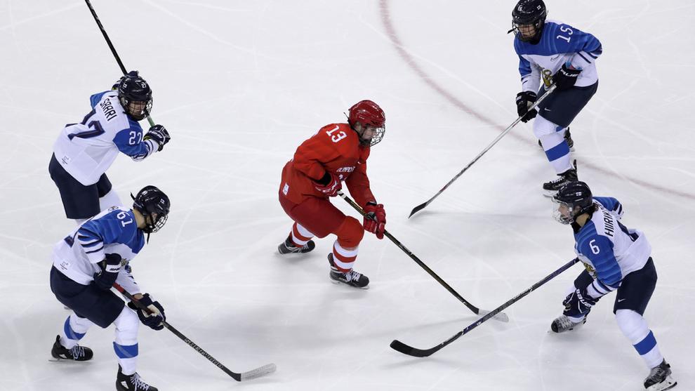 <p><b>POPULÆRT:</b> Fire finske forsvarere kaster seg over russiske Nina Pirogova under kvinnenes ishockeyturnering i OL. Det får stå som bilde på hvordan vanlige finner nå strømmer til norske forbrukslånsbanker.</p>