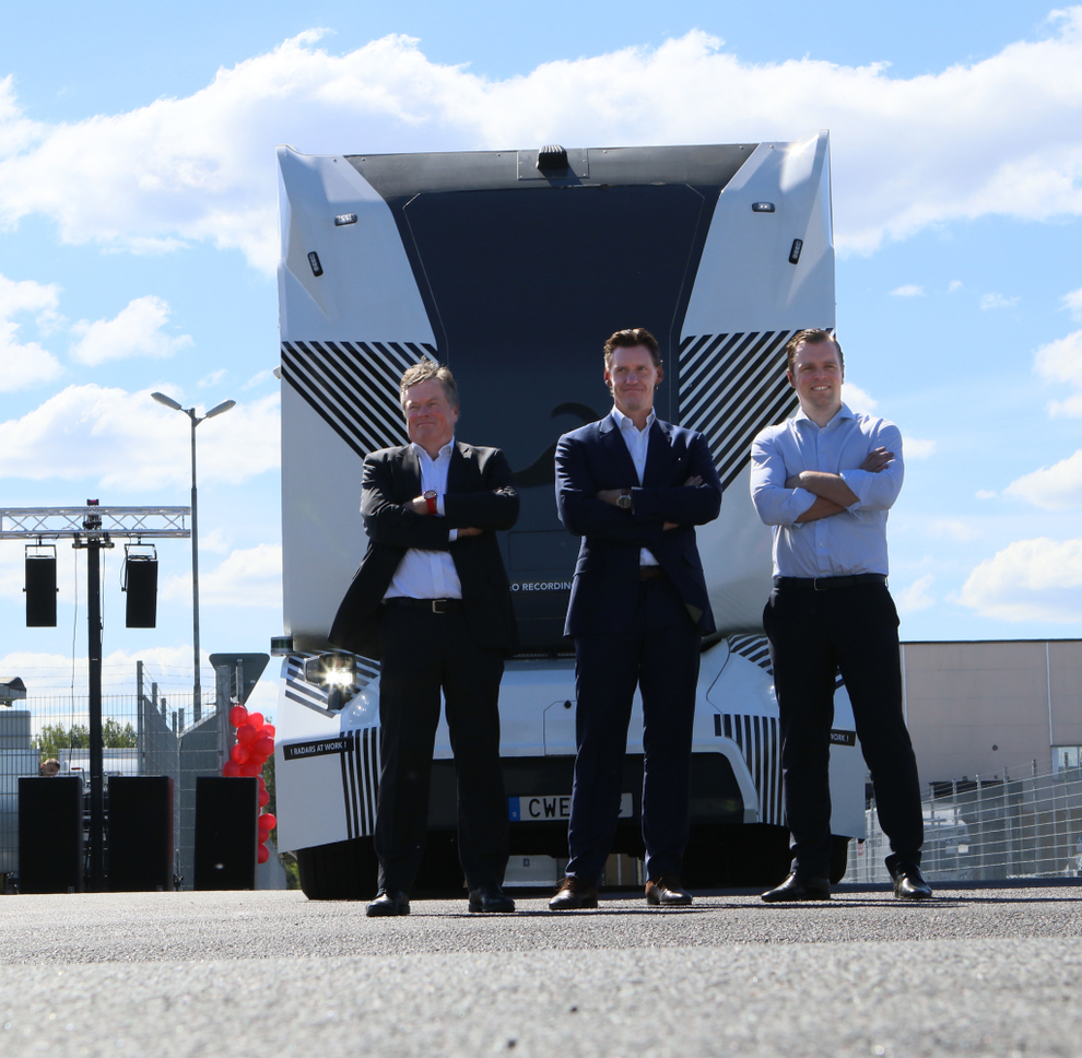 <p>FØRERLØS: Robert Falck, sjef for Einride (til høyre), lanserteden selvkjørende lastebilen T-pod sammen med DB Schenkers Jochen Thewes (midten) og Mats Grundius onsdag.</p>