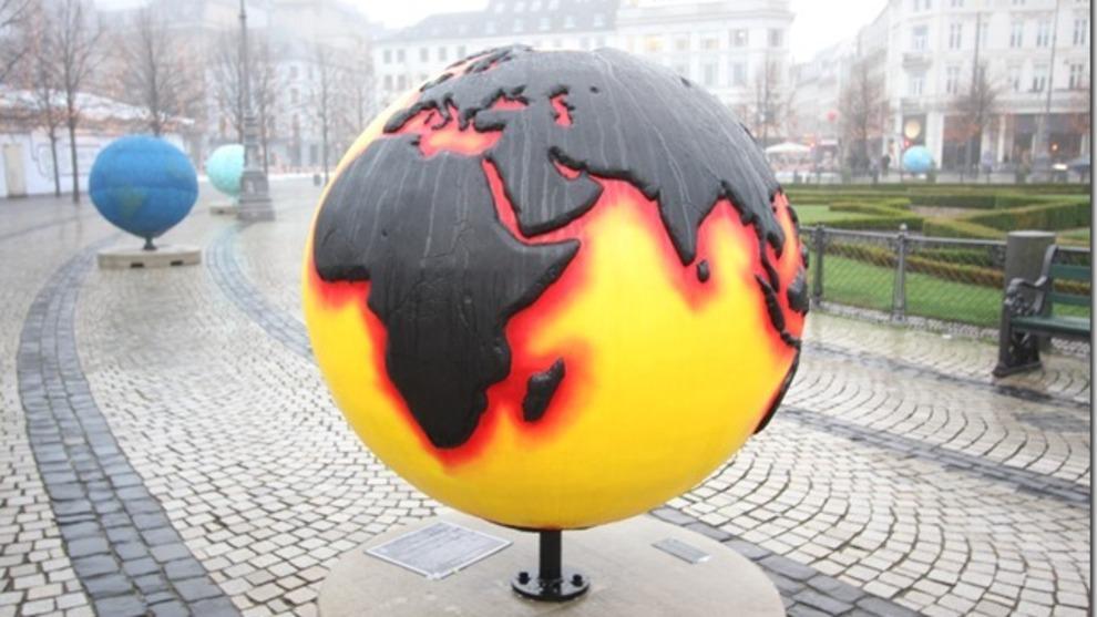 <p><b>VIL SELGE:</b>En fersk rapport fra Influence Map viser at de store, globale oljeselskapene bruker lite av pengene sine på omstilling, og at de fortsatt bruker penger på å jobbe mot strengere klimaregler. Storebrand er skeptisk til slik lobbyisme, og mener at verden ikke har tid til at noen trenerer energiomstillingen. Bildet er fra en utstilling på klimatoppmøtet i København i 2009.</p>