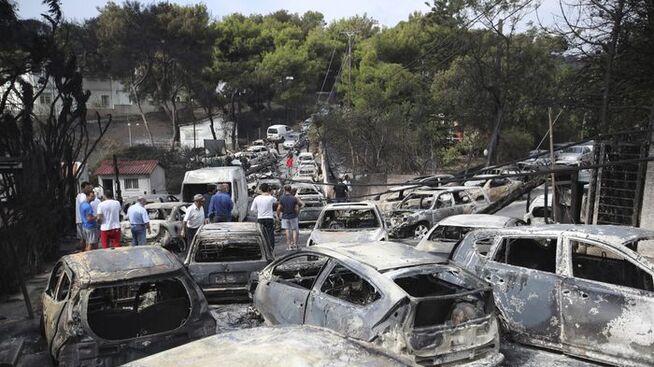 <p><b>DØDSBRANN:</b> Mange mennesker brant inne i sine biler og hjem under en eksplosiv brann utenfor Athen i fjor sommer. Påtalemyndigheten mener det tragiske utfallet skyldes flere tabber fra myndighetenes side.</p>