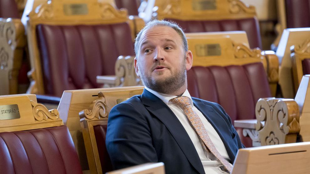 <p><b>FJERNER FOTOBOKSER:</b> Samferdselsminister Jon Georg Dale (Frp) har tatt første skritt mot en reduksjon av fotobokser på norske veier. Tryg trafikk frykter at flere kan bli drept og hardt skadd.</p>