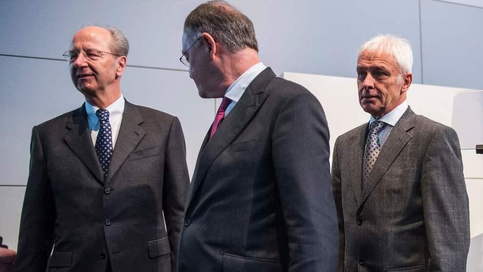 <p><b>KAN BLI DYR LÆREPENGE:</b> Styreleder Hans Dieter Poetsch og administrerende direktør Matthias Müller i Volkswagen er innblandet i en rekke rettslige tvister knyttet til utslippsjukset.</p>