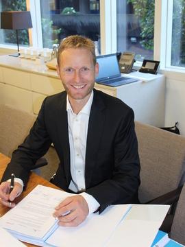 <p><b>FORNØYD:</b> Olav Rommetveit fra Zephyr signerte finansieringsavtalen i London i går.</p>