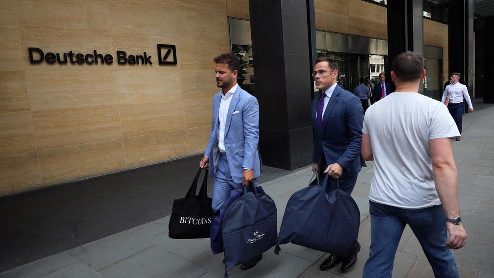 <p><b>SKREDDERNE:</b> De velkledde skredderne sett utenfor London-kontoret til Deutsche Bank samme dag som ansatte pakket sammen sakene sine.</p>