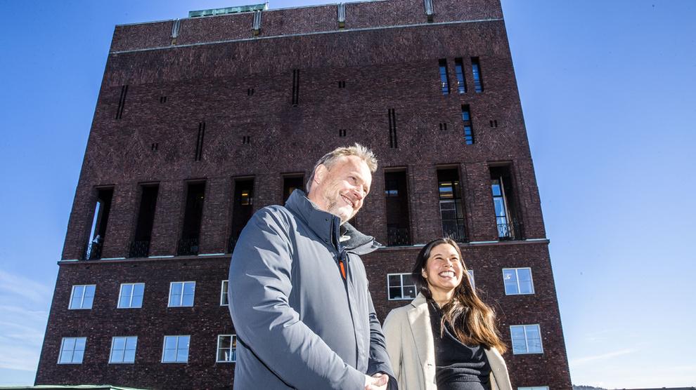 <p><b>MØTER MOTSTAND:</b> Byrådsleder Raymond Johansen (Ap), her sammen med og byråd for miljø og samferdsel i Oslo, Lan Marie Nguyen Berg, på taket av rådhuset i Oslo.</p>