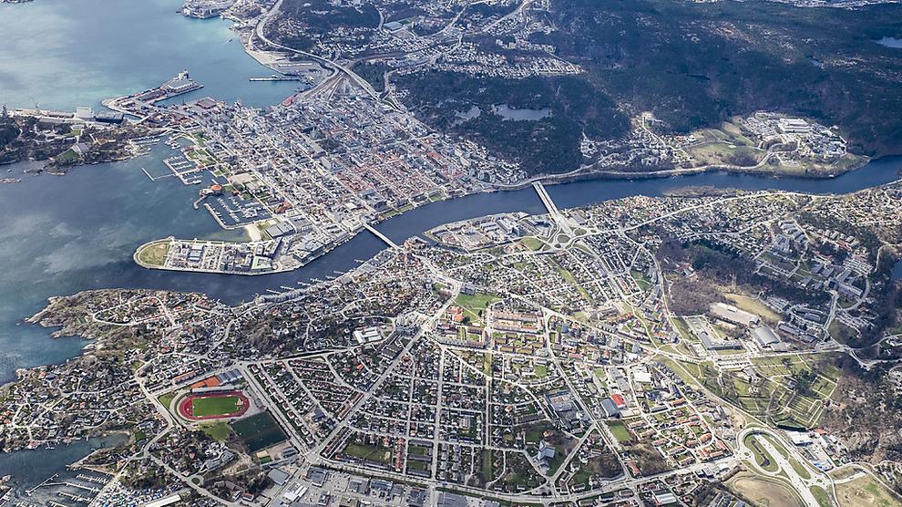 <p><b>FOR FOLK FLEST:</b> Flyfotoet viser Kristiansand, med Lund i forgrunnen og sentrum og Kvadraturen er på andre siden av elva midt i bildet. Sørlandets hovedstad er blant de urbane områdene i landet hvor folk med gjenomsnittsinntekt har størst prosentvis andel boliger å velge mellom.</p>