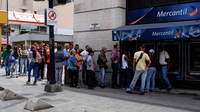 <p>KØER: Fredag var det ifølge Reuters lange køer for å sikre seg både matvarer og bensin før Maduros pengepolitiske grep trer i kraft mandag.</p>