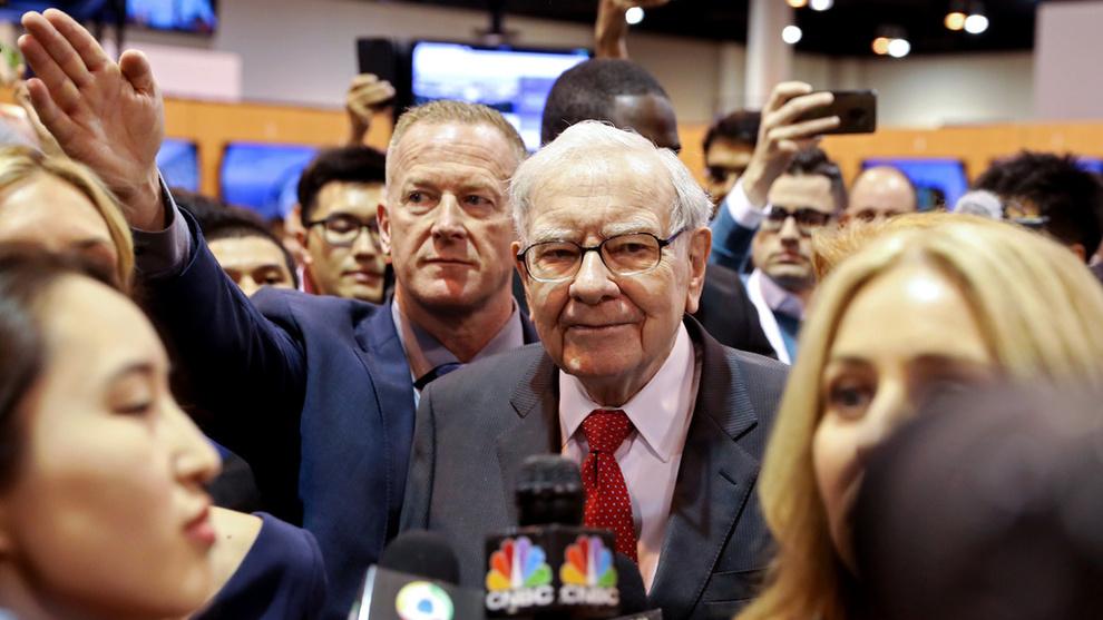 <p><b>FULL KONTROLL:</b> Berkshire Hathaways toppsjef, grunnlegger og styreleder Warren Buffett er verdens tredje rikeste person. Her fra generalforsamlingen i Omaha som ble holdt i mai måned.</p>